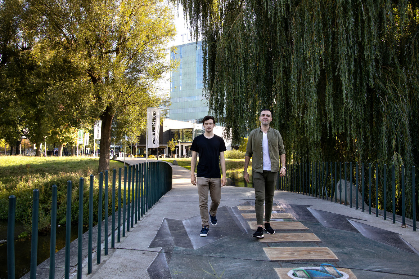 Martín Pérez Rodríguez (links) en Ali Najafi op het terrein van de Technische Universiteit Eindhoven.