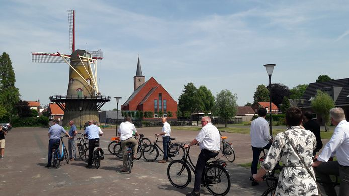 Fietstocht door Hoek in kader van presentatie toekomstvisie, met onder anderen leden van B en W van Terneuzen.