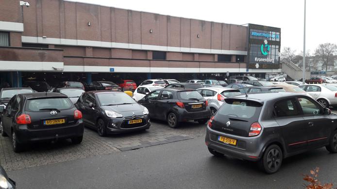 Winkelcentrum Kronenburg heeft parkeerruimte buiten en onder zijn complex. De ruimte eronder wordt 's avonds weer consequent afgesloten voor auto's, om overlast tegen te gaan.