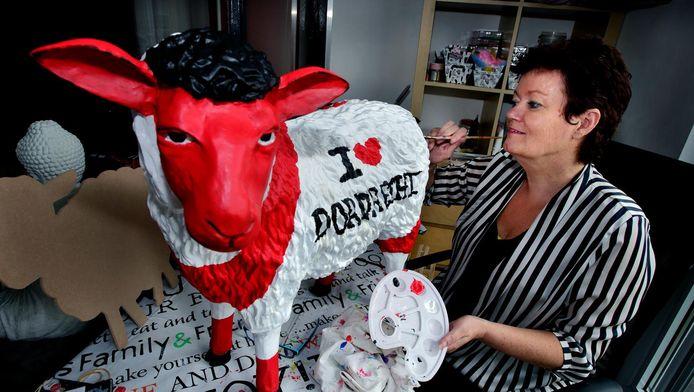 Erica de Winter legt de laatste hand aan het I love Dordrecht-schaap.