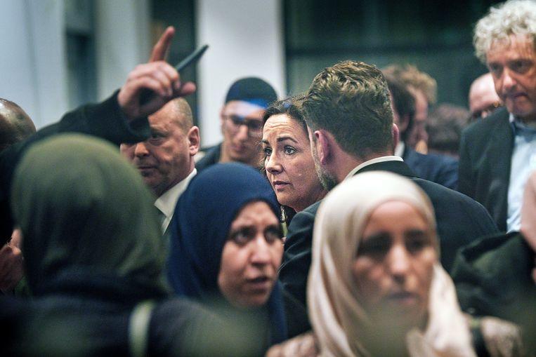 Burgemeester Femke Halsema spreekt met boze ouders van leerlingen van het islamitische Cornelius Haga Lyceum. Beeld Guus Dubbelman