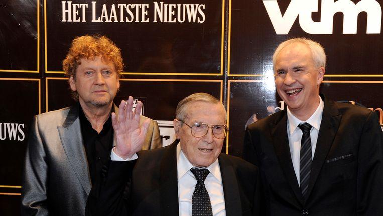 Rik De Saedeleer, geflankeerd door Mark Uytterhoeven en Carl Huybrechts, die het nieuws van zijn overlijden bekendmaakte.