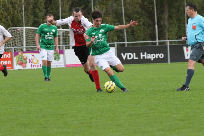 Janick van As (groen shirt) namens Nieuwdorp in actie tegen Kapelle.