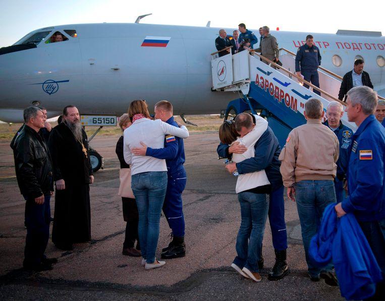 Aleksej Ovitsjinin (L) en Nick Hague (R) konden hun familieleden gelukkig terug in de armen sluiten.