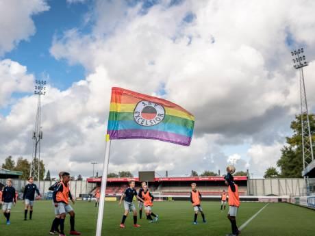 Excelsior pakt uit met speciale regenboog cornervlaggen op Coming Out Day