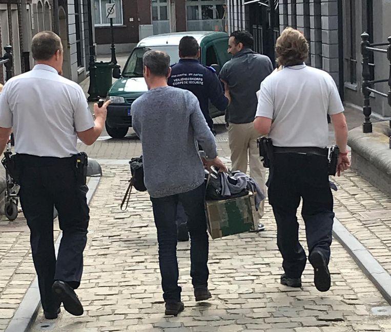 Abdilhedi A. (achteraan) en Rachid B. (vooraan) worden terug naar de gevangenis gebracht.
