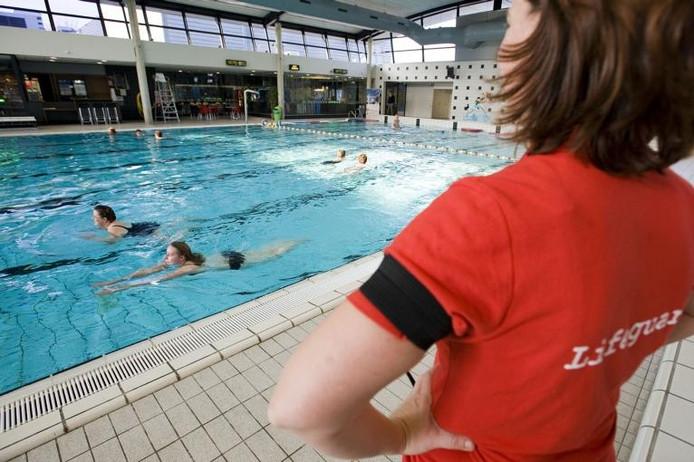 Personeel droeg bij de heropening van zwembad Reeshof een rouwband.