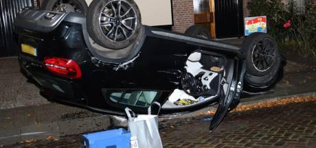 Vrouw rijdt tegen geparkeerde auto aan en belandt op de kop in Uden