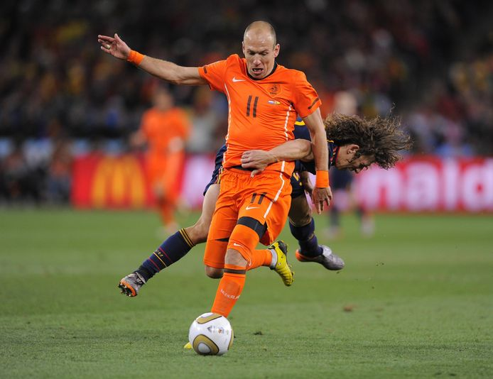 Carles Puyol probeert Arjen Robben af te stoppen tijdens de WK-finale.