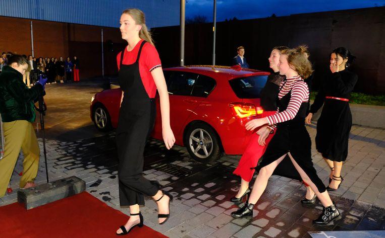 De leerlingen van de Sjabi-school arriveerden als filmsterren op de rode loper