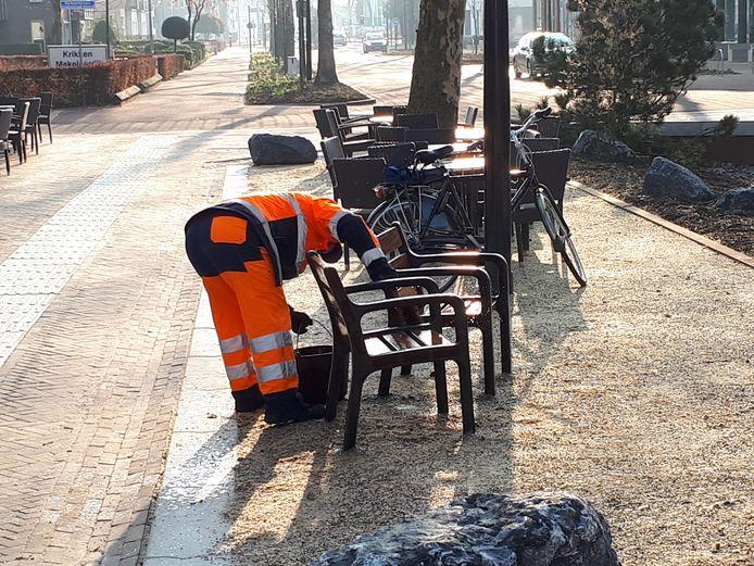 Nog even het straatmeubilair schoonmaken voor de officiële opening van de Grotestraat.
