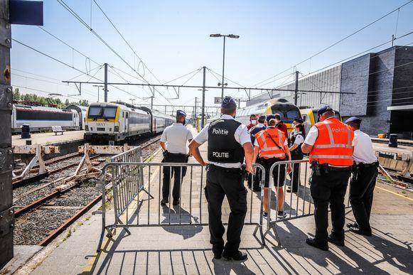 Blankenberge neemt maatregelen om relschoppers uit de badstad te weren: controle van de treinen