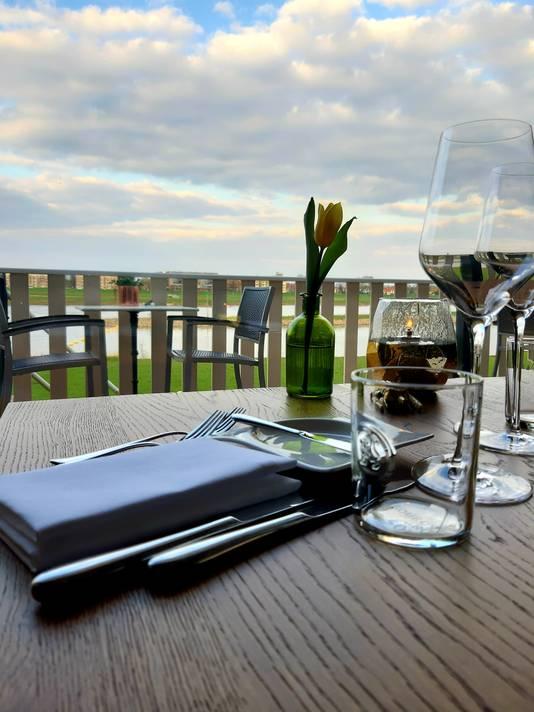 Uitzicht vanaf onze tafel op de IJssel en Deventer