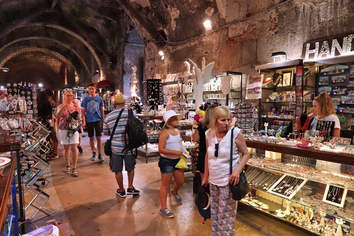 Toeristen in een souvenirwinkel onder het paleis van Diocletianus in Split.