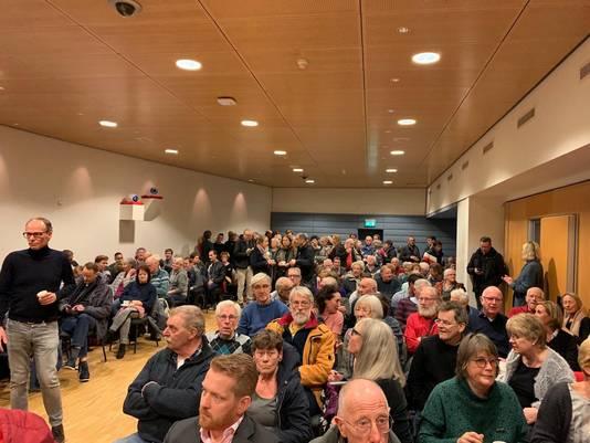 Een volle zaal in het stadsdeelkantoor.