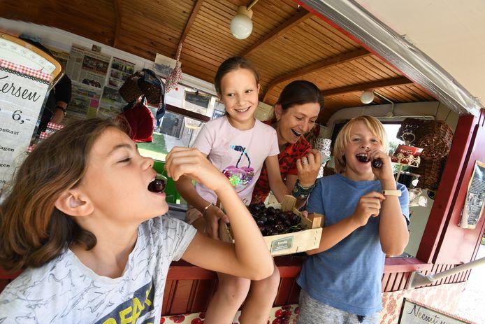 Lotte van der Sandt een paar jaar geleden met kinderen bij de Oosterling in Deil