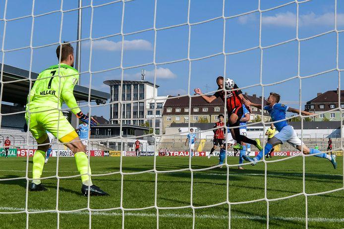 Dost kopt Eintracht Frankfurt op aangeven van Silva naar 0-2 in München.