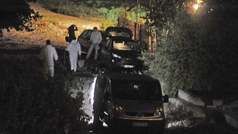 Politieonderzoek bij het pand waar de lichamen werden gevonden. Beeld epa