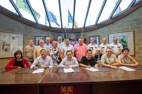De verantwoordelijken of hun vervangers ondertekenden woensdagavond de charters in de raadzaal van het gemeentehuis