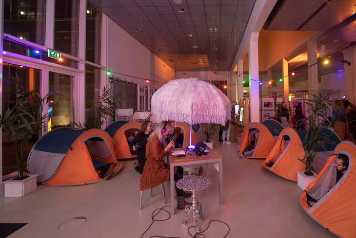 Een camping met poëzie in de Cultuurfabriek tijdens de Nachtfabriek