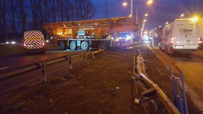 Uren aanschuiven nadat kraanwagen door middenberm crasht