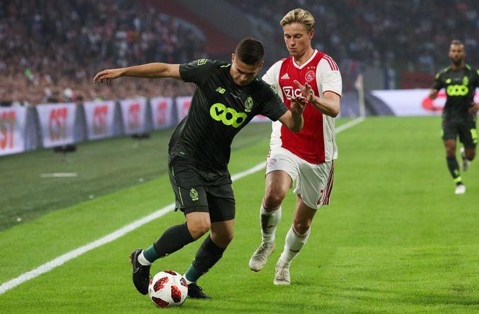 Ravan Marin in duel met Frenkie de Jong tijden Ajax - Standard Luik op 14 augustus 2018.