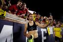 Mats Hummels maakt een selfie met fans.
