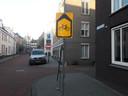 Inmiddels is duidelijk dat fietsers rechtdoor mogen rijden in de Beurdsestraat naar de Verwersstraat.