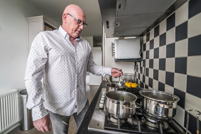 """Chris Treling roert wat onwennig in de pan. ,,Nu ik geen trainer meer ben, ga ik misschien wel iets meer koken."""""""