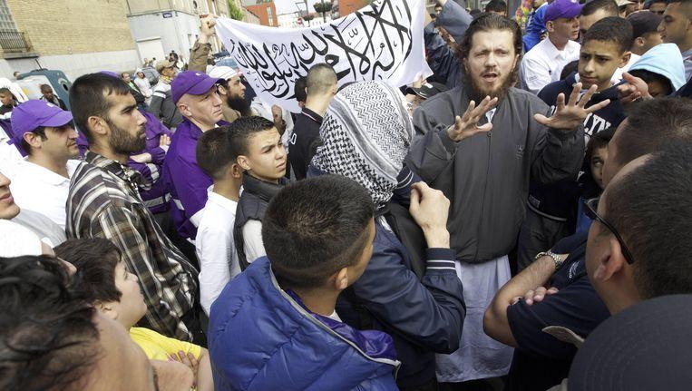 Op deze archieffoto spreekt een lid van Sharia4Belgium enkele jongeren toe in Molenbeek.