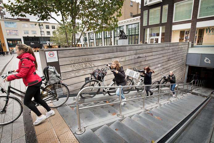 De ondergrondse fietsenstalling bij Plein 1944 moet ook 's nachts open blijven.