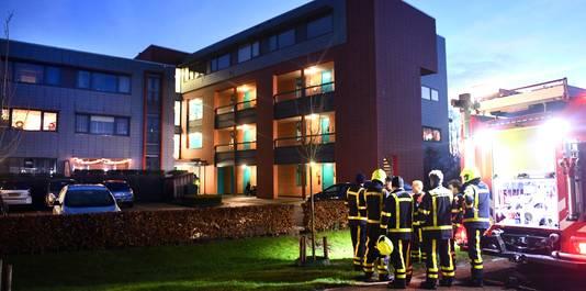 De brandweer bij  het appartementencomplex aan de Concorde in Buren na de fatale brand.