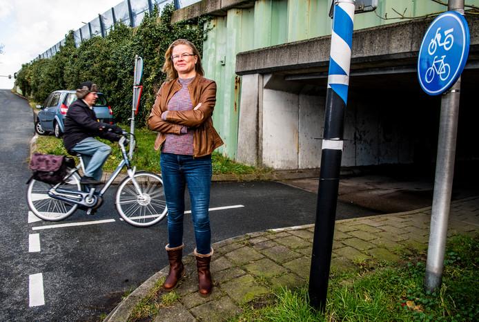 Mariëlla Simons wijst namens de buurt op de fietsveiligheid bij de Steekterbrug.