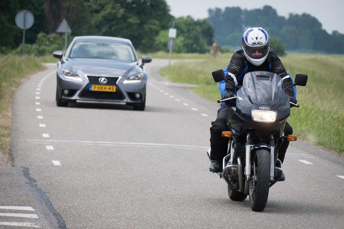 Motorrijder op de dijk bij Angeren.