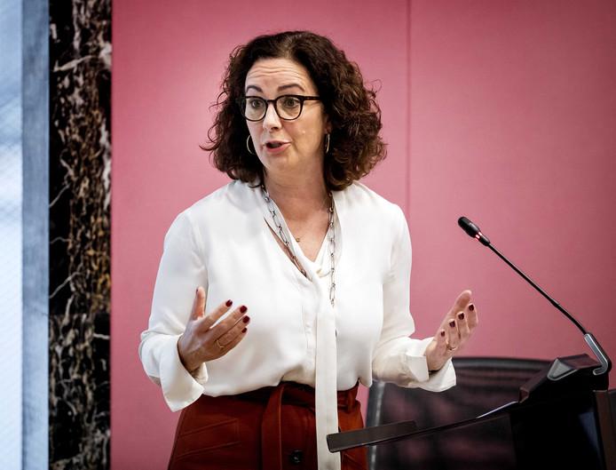 De Amsterdamse burgemeester Femke Halsema verantwoordt zich in de gemeenteraad voor haar uitspraken over het niet handhaven van het boerkaverbod.