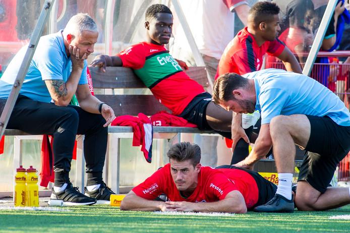 NEC-trainer Jack de Gier kijkt in de voorbereiding op dit seizoen toe hoe spits Sven Braken wordt behandeld aan een hamstringblessure.
