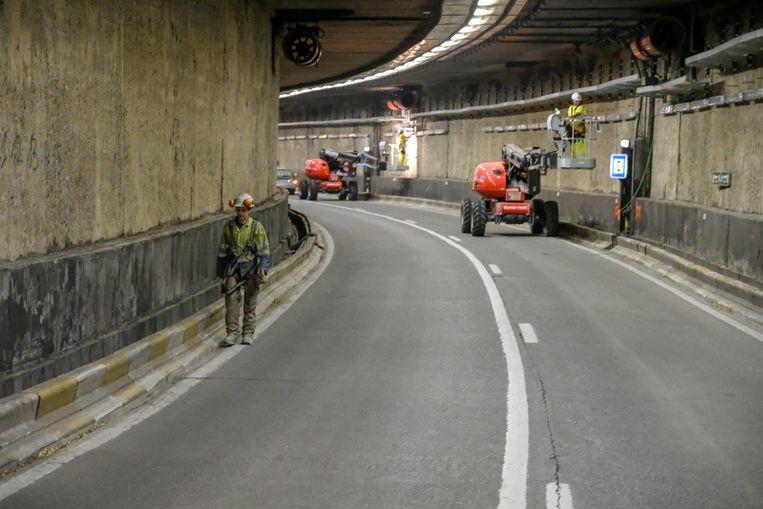 Dit is het zicht voor de komende maanden in de Leopold II-tunnel: geen automobilisten meer, maar arbeiders.