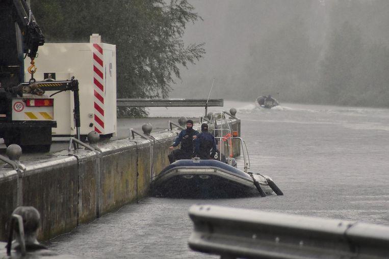 De zoekactie in de voormiddag op het kanaal Bossuit-Kortrijk verliep een tijdlang in gure weersomstandigheden.