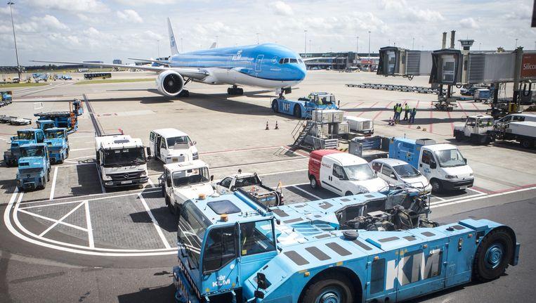 Een KLM-toestel, woensdag op Schiphol. KLMkan niet opboksen tegen concurrenten uit het Midden-Oosten, zeggen luchtvaarteconomen. Schiphol kan volgens hen geen hoofdrol meer spelen. Beeld Julius Schrank
