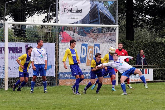 Buiten het zicht van de scheidsrechter voorkomt Internos-verdediger Jelle Coremans dat Ruben Maas een omhaal kan maken.