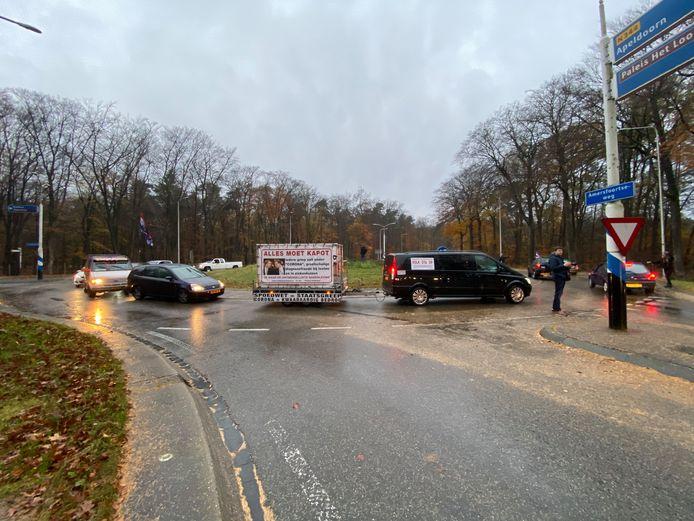 Een stoet van demonstranten blokkeerde onder meer bij Apeldoorn enige tijd een rotonde door rondjes te blijven rijden