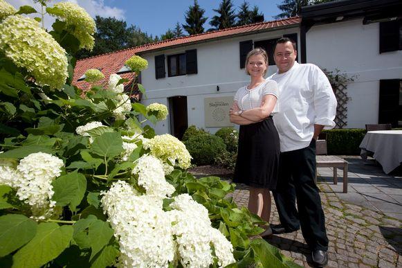 Bert Meewis en zijn vrouw Karlijn Libbrecht aan hun restaurant Slagmolen in Oudsbergen (Opglabbeek).