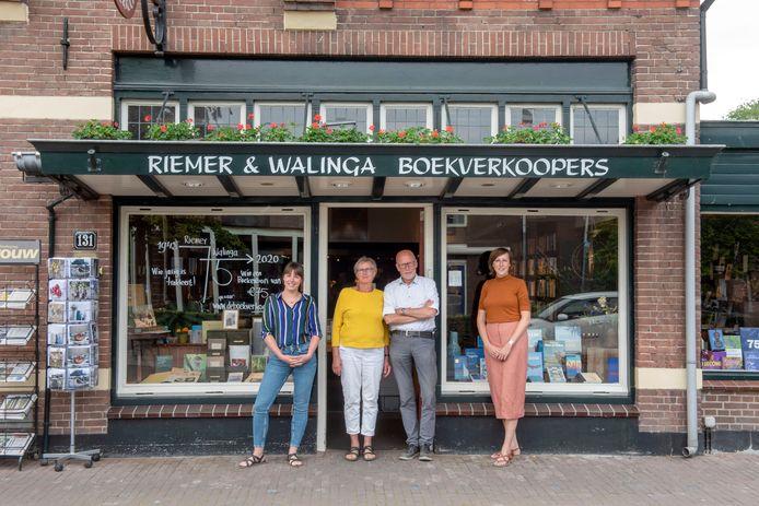 Heerco en Tine Walinga (midden), met Elise (rechts) en Marieke. Boekhandel Riemer en Walinga  in Ermelo bestaat deze maand 75 jaar.