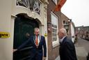 Burgemeester Jan de Boer (links) en de Amerikaanse ambassadeur Pete Hoekstra in het centrum van Buren.