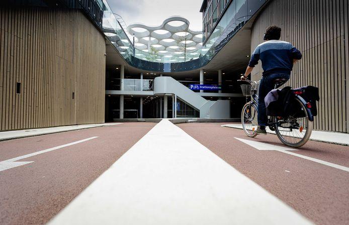 Ook het fietspad dat leidt naar de ingang van de Stationspleinstalling is nu helemaal klaar.