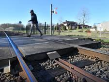 Welke onbewaakte spoorwegovergangen verdwijnen er in Hof van Twente?