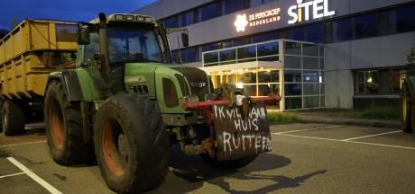 Boeren protesteren op terrein van drukkerij DPG Media in Best