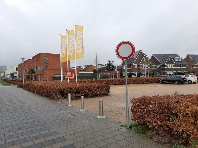 Bij de Coop in  de Apeldoornse nieuwbouwwijk Zuidbroek beletten beweegbare paaltjes automobilisten voortaan de doorgang.