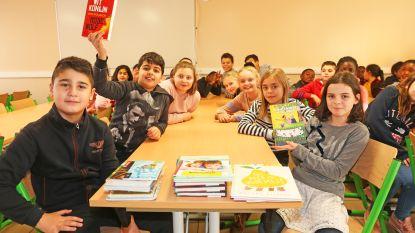 Leerlingen van De Kleine Wereld krijgen stapel boeken als laureaat van Grote Voorleesdag
