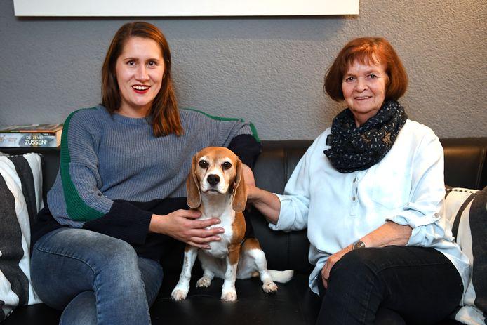 Tessy Donders (rechts) past op de hond van Leonie Beerens.